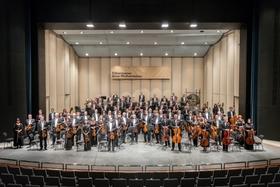 Řídil Newyorskou filharmonii, nyní pod jeho vedením vystoupí Filharmonie Brno